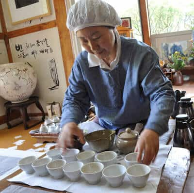 Yi Ho Yeong serving tea