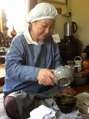 Yi Ho Young pouring tea